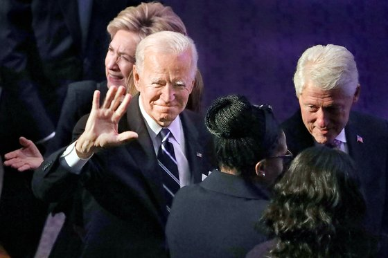 지난달 한 행사장에 등장한 조 바이든 전 부통령. 그의 뒤로 힐러리 클린턴 전 국무장관, 그의 오른쪽 옆으론 빌 클린턴 전 대통령이 보인다. [AP=연합뉴스]