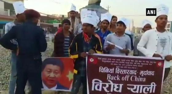 """지난 11일 네팔 전역에선 시진핑 중국 국가주석을 본뜬 인형을 불태우는 반중 시위가 벌어졌다. 사진은 네팔 시민들이 시진핑 주석의 사진과 """"중국은 물러서라""""는 문구의 플래카드를 들고 항의시위를 하는 모습. 중국이 네팔 영토 약 36만㎡를 무단으로 점유했다는 네팔 정부의 발표가 나온 직후다.[사진 인도 ANI통신 홈페이지 캡처]"""