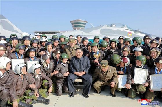 김정은 북한 국무위원장이 원산갈마비행장에서 열린 전투비행술경기대회를 참관했다고 조선중앙통신이 16일 보도했다. 중앙통신 홈페이지에 공개한 사진에서 김 위원장이 경기대회에 참가한 조종사 등과 기념사진을 찍고 있다. [조선중앙통신]