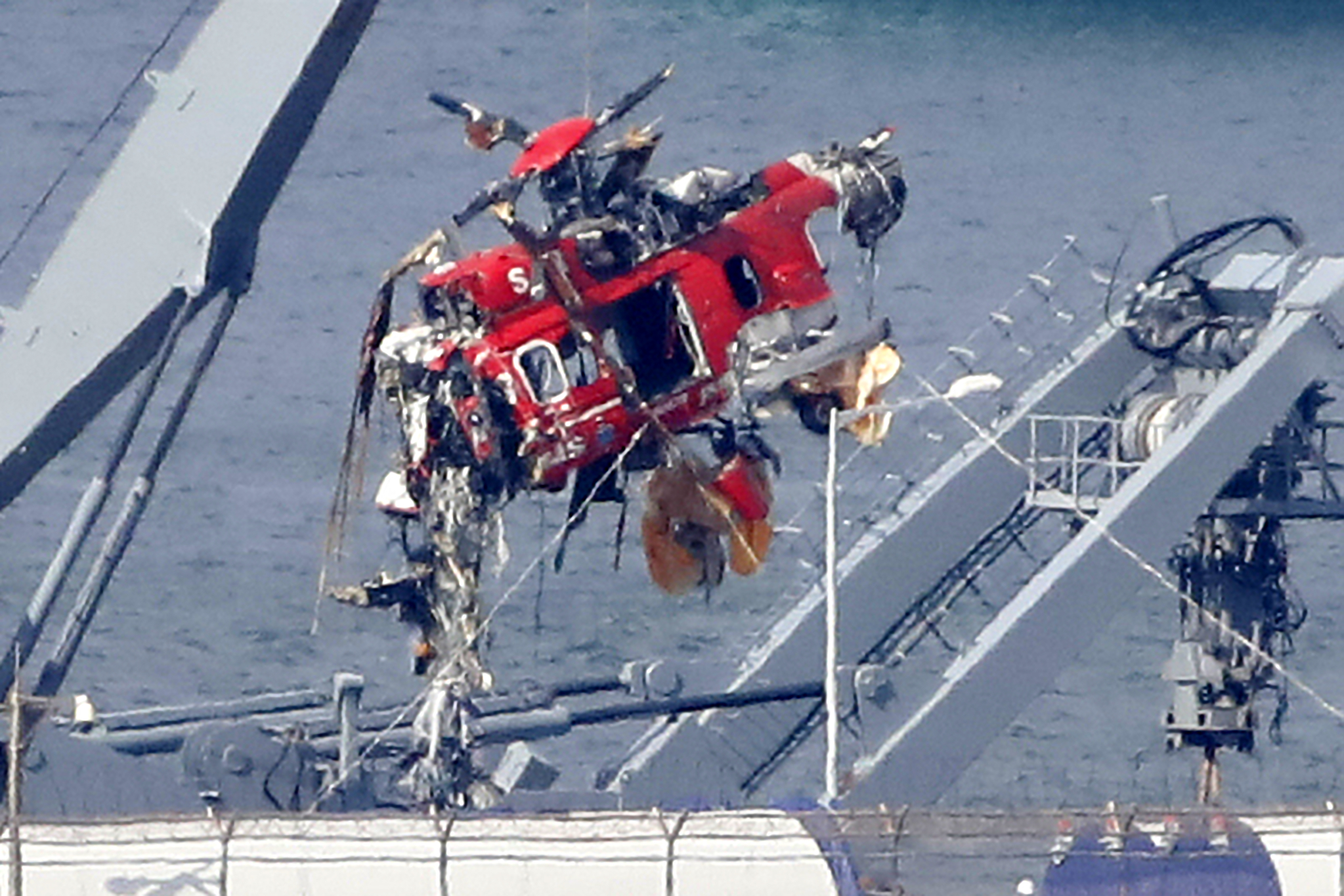 소방헬기 추락 5일째 해군 청해진함에 의해 경북 포항시 남구 포항신항에 있는 해군 부대로 옮겨진 사고기 동체가 국토부 조사를 위해 특수차량으로 옮겨지고 있는 모습. [뉴스1]