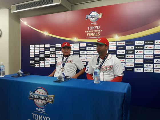 프리미너12 동메달을 따낸 멕시코의 후안 카스트로 감독(오른쪽)과 매튜 클락. 도쿄=김효경 기자