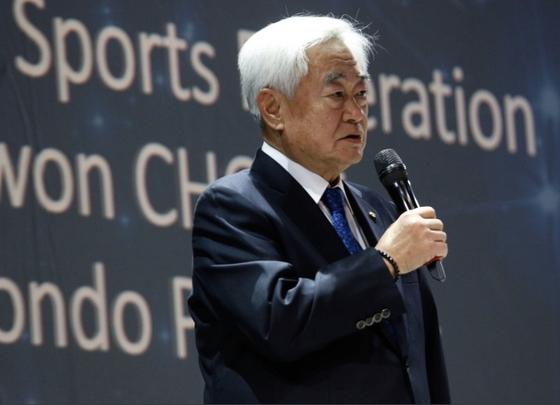 이탈리아 토리노에서 열린 2019 FISU 갈라 어워즈에서 조정원 세계태권도연맹 총재가 올해의 국제경기연맹상을 수상한 뒤 소감을 밝히고 있다. [사진 세계태권도연맹]