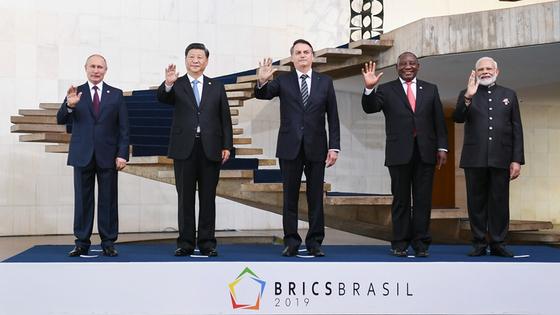 브라질에서 열린 제11차 브릭스 정상회의에 참석한 정상들. 왼쪽부터 푸틴 러시아 대통령, 시진핑 중국 국가주석, 보우소나루 브라질 대통령, 라마포사 남아공 대통령, 모디 인도 총리. [중국 신화망 캡처]