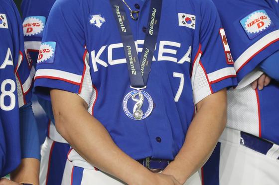 김상수의 목에 걸린 프리미어12 은메달. [도쿄=연합뉴스]