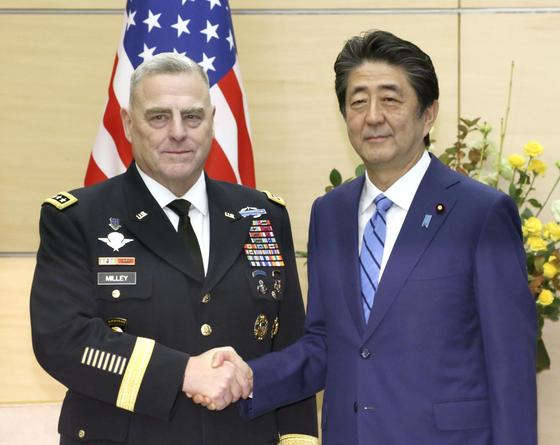 아베 신조 일본 총리가 12일 도쿄 관저에서 마크 밀리 미국 합참의장을 만나 악수하고 있다. [연합뉴스]