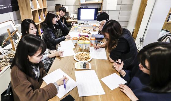 유희경 시인이 진행하는 '나를 위한 글쓰기' 수업이 13일 오후 서울 종로구 위트앤시니컬 서점에서 열리고 있다. 김경록 기자