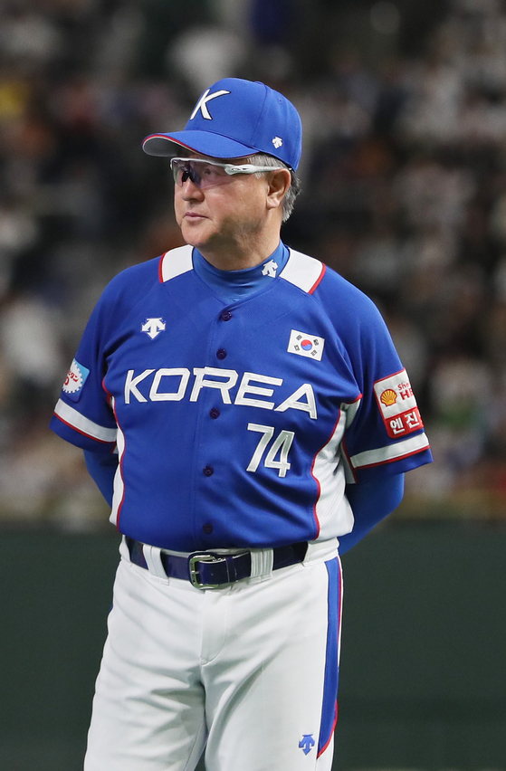 프리미어12 준우승을 차지하면서 시상대에 오른 김경문 야구대표팀 감독. [도쿄=연합뉴스]
