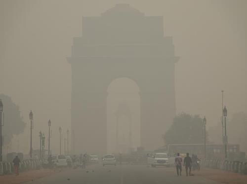 4일 스모그가 가린 인도 수도 뉴델리의 상징물 인디아게이트. 인디아게이트에서 불과 300m 떨어진 지점에서 촬영했지만, 형체가 흐릿하다. [연합뉴스]