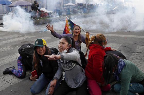 모랄레스 전 볼리비아 대통령 지지자인 원주민들이 15일(현지시간) 볼리비아 라파스에서 시위를 벌이고 있다. [AP=연합뉴스