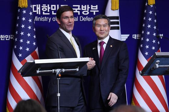 정경두 국방장관(오른쪽)과 마크 에스퍼 미 국방장관이 15일 서울 용산구 국방부에서 열린 제51차 한·미 안보협의회(SCM)를 마친 뒤 기자회견을 하고 있다. [사진공동취재단]