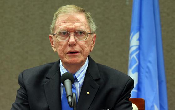 2013년 한국을 찾은 마이클 커비 유엔 북한인권조사위원회 위원장이 기자회견을 열고 있다. [중앙 포토]