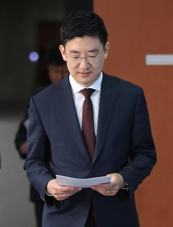 김세연 자유한국당 의원이 17일 서울 여의도 국회 정론관에서 '21대 총선 불출마' 기자회견을 하기위해 이동하고 있다. [뉴스1]