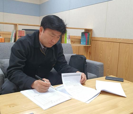 '오사카 니코틴 살인사건'을 해결한 세종경찰서 형사1팀장 류제욱 경위가 13일 범인 우모(24)씨의 판결문과 사건 기록을 다시 살펴보고 있다. 이후연 기자