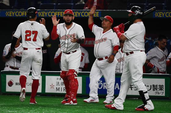 17일 도쿄돔에서 열린 프리미어12 미국전에서 승리한 멕시코 야구 대표팀. [AFP=연합뉴스]