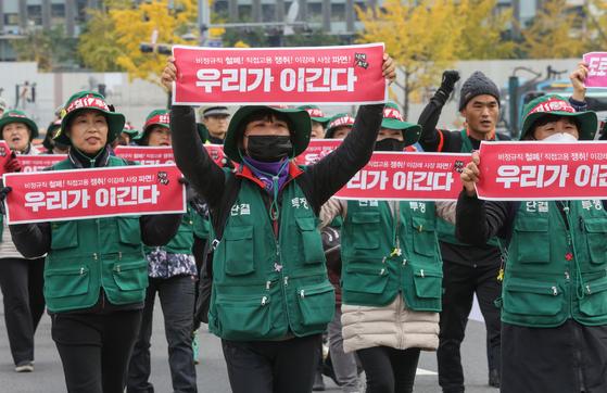 전국민주노동조합총연맹 톨게이트노동조합 조합원들이 지난 12일 오후 요금수납원 직고용을 촉구하며 청와대를 향해 행진하고 있다. [뉴스1]