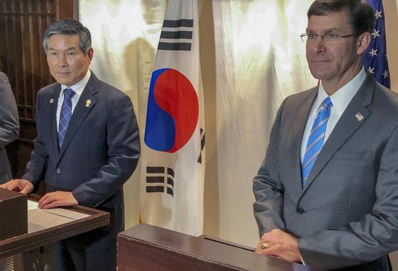 17일 태국 방콕에서 기자회견을 연 정경두 국방부 장관(왼쪽)과 마크 에스퍼 미 국방장관. [AP=연합뉴스]