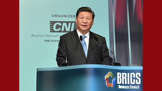 """시진핑 중국 국가주석은 브릭스 정상회의 참석 기간 """"세상일은 어느 한 나라 말로 다 끝나는 게 아니다""""라며 미국을 강력하게 비난하는 발언을 해 눈길을 끌었다. [중국 신화망 캡처]"""