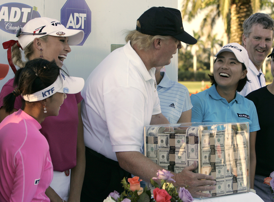 2006년 자신의 골프장에서 열린 ADT챔피언십 당시 우승상금 100만 달러를 옮기는 도널드 트럼프. [AP]