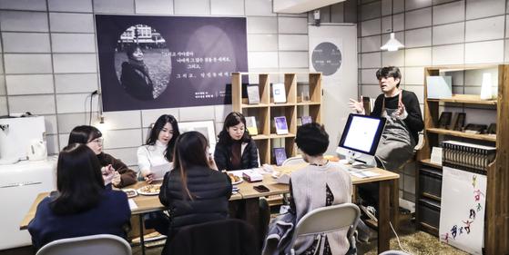 유희경 시인이 '나를 위한 글쓰기' 수업을 진행하고 있다. 예술가의 공간에서 수업이 열리기 때문에 '남의 집 프로젝트'라는 이름이 붙었다. 김경록 기자