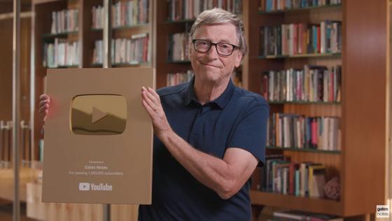 빌 게이츠가 지난 10월 유튜브 100만 구독자를 축하하고 있다. [빌 게이츠 유튜브 영상 캡처]