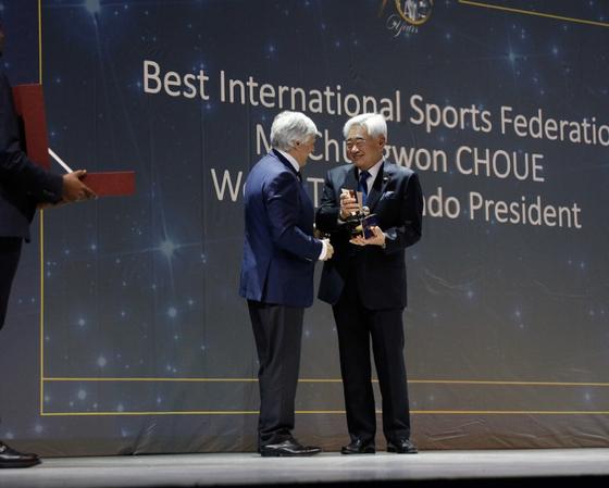 조정원 세계태권도연맹 총재(오른쪽)가 에릭 생트롱 국제대학스포츠연맹 사무총장으로부터 올해의 국제경기연맹상을 수상하고 있다. [사진 세계태권도연맹]