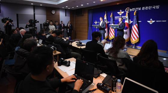 정경두 국방장관(오른쪽)과 마크 에스퍼 미 국방장관이 15일 서울 용산구 국방부에서 열린 제51차 한·미 안보협의회(SCM)를 마친 뒤 기자회견을 하고 있다./사진공동취재단=아시아경제 김현민 기자