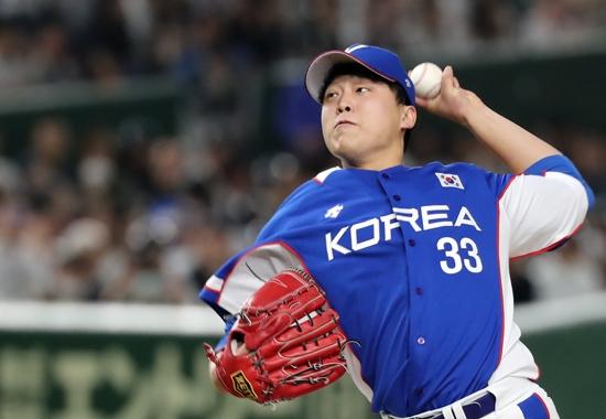 야구대표팀 이승호가 지난 16일 도쿄돔에서 열린 프리미어12 슈퍼라운드 최종전 일본과 경기에서 투구하고 있다. 연합뉴스 제공