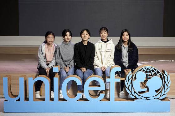 유니세프가 주최한 '우리의 목소리-미세먼지 없는 세상을 위해' 원탁 토론회에 소중 학생기자단이 참여했다. 왼쪽부터 박규리·양채연·홍예린·김나연 학생기자, 백서정 학생모델.