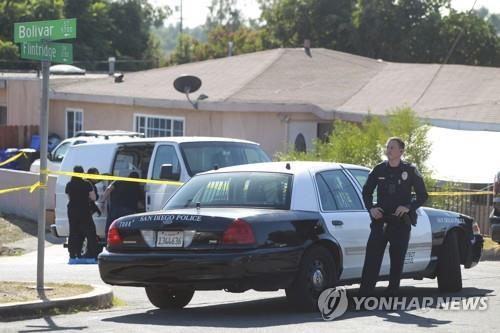 16일(현지시간) 총기를 이용한 가정폭력 사건이 발생한 미 샌디에이고 파라다이스힐스의 한 가정집에 경찰이 출동해 현장을 수사하고 있다. [AP=연합뉴스]