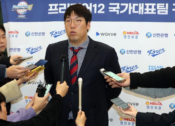 프리미어12 야구 대표팀 주장 김현수가 18일 취재진들과 인터뷰 하고있다. 정시종 기자