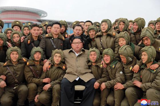 김정은 북한 국무위원장이 조선인민군 항공 및 반항공군 저격병 구분대들의 강하훈련을 지도했다고 조선중앙통신이 18일 보도했다. 김 위원장이 참가자들과 기념사진을 찍고 있다. [연합뉴스]