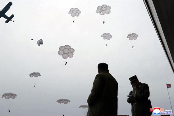 북한 김정은 국무위원장이 조선인민군 항공 및 반항공군 저격병 구분대들의 강하훈련을 지도했다고 조선중앙통신이 18일 보도했다. 김 위원장이 간부들과 강하훈련을 보고 있다. [연합뉴스]