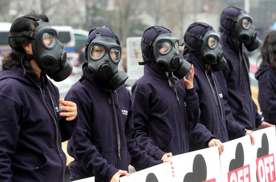 녹색연합 활동가들이 지난 3월 서울 광화문 광장에서 석탄발전 OFF 미세먼지 BYE 피켓 퍼포먼스를 펼치고 있다. [뉴스1]