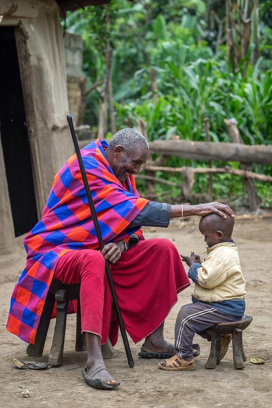 탄자니아에서 만난 마사이족 족장과 손자. [사진 허호]