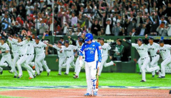 한국 야구대표팀이 17일 일본 도쿄에서 열린 프리미어12 결승전에서 일본에 3-5 역전패를 당했다. 9회 초 2사에서 마지막 타자 양의지가 삼진을 당하자 더그아웃에 있던 일본 선수들이 환호하며 뛰쳐나오고 있다. [뉴스1]
