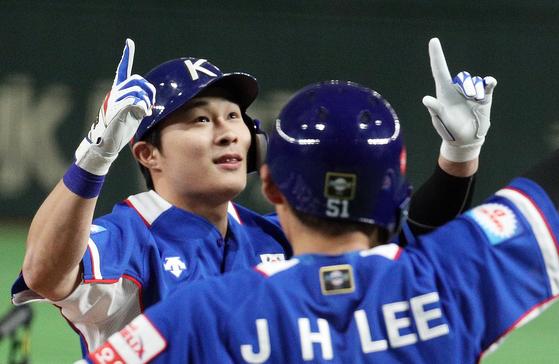 17일 일본과 결승전 1회 선제 투런포를 친 뒤 이정후와 함께 기뻐하는 김하성(왼쪽). [도쿄=뉴스1]