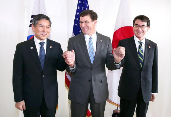 """정경두 국방부 장관과 마크 에스퍼 미 국방장관, 고노 다로 일 방위상(왼쪽부터)이 17일 (현지시간) 태국 방콕에서 열린 한·미·일 국방장관 회담에 앞서 손을 맞잡고 있다. 에스퍼 장관은 정 장관과 고노 방위상의 손을 꼭 쥐며 '동맹, 동맹 맞죠?(allies, allies right?)""""라고 말했다. 이날 한·미·일은 군사정보보호협정(GSOMIA·지소미아)을 두고 입장차만 확인했다.  [연합뉴스]"""