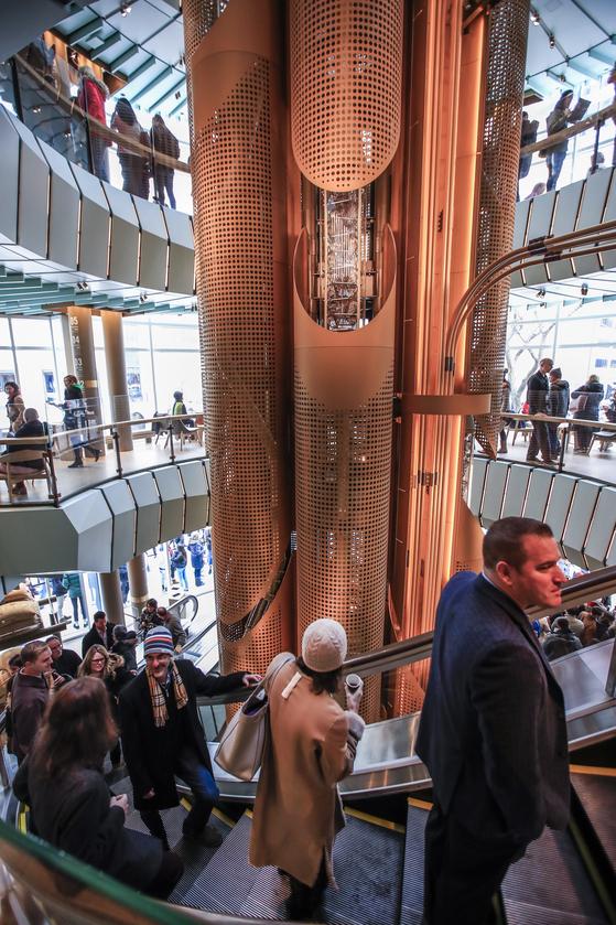 스타벅스 리저브 로스터리 시카고에는 약 17m의 원통형 원두통이 설치되었고 매장 내 에스컬레이터는 원을 그리는 형태로 설계되어 방문객들은 원두가 관을 통해 이동하는 과정을 직접 볼 수 있다. [EPA=연합뉴스]