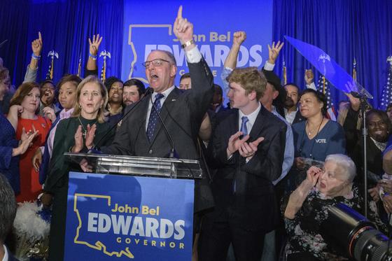 16일(현지시간) 치러진 미국 루이지애나 주지사 선거에서 승리한 민주당 소속 존 벨 에드워즈 주지사가 승리를 선언하고 있다. [AP=연합뉴스]