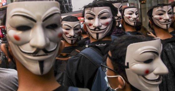 홍콩 정부의 '복면금지법' 시행에 반대하는 시위대가 영화 '브이 포 벤데타'에서 저항의 상징이 된 '가이 포크스' 가면을 쓰고 있다. [EPA=연합뉴스]