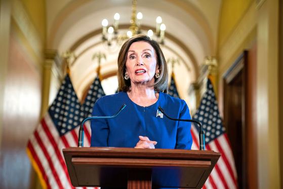 낸시 펠로시 미 하원의장이 지난달 24일 워싱턴 국회의사당에서 도널드 트럼프 미국 대통령에 대한 공식적인 탄핵 조사 개시를 발표하고 있다. [EPA=연합뉴스]