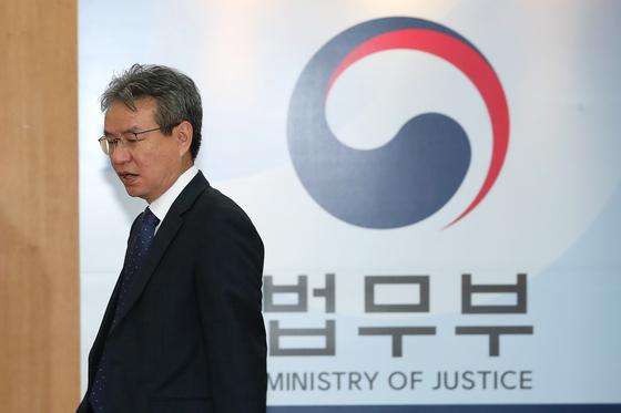 지난 4일 김남준 법무·검찰개혁위원장이 정부과천청사에서회의 준비를 하고 있다. 장진영 기자