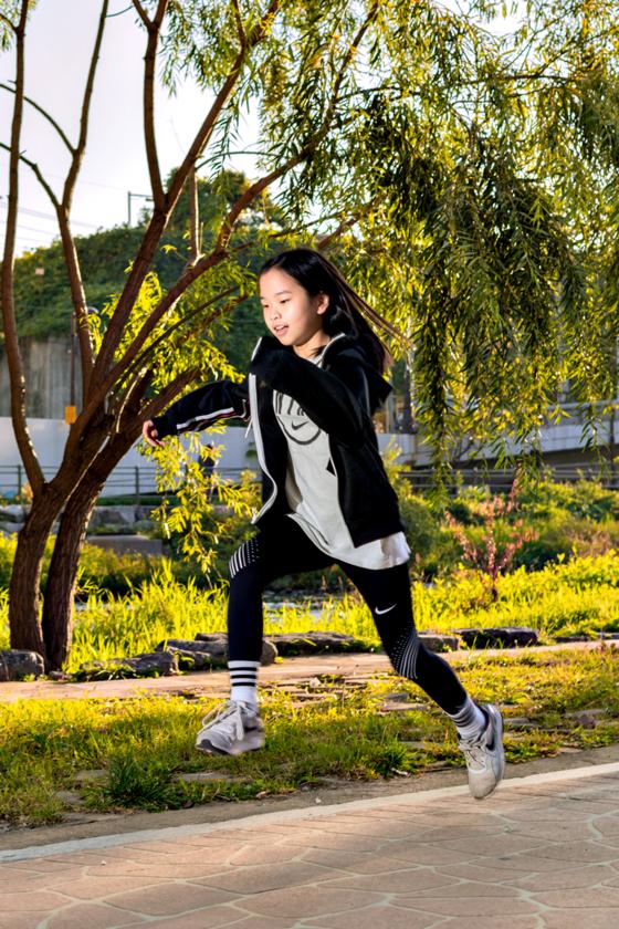 김가영 학생기자가 달리기에 열중하고 있다. 그는 홍일점으로 초등학교 1학년 때부터 현재까지 축구 팀에서 활약하고 있는 이른바 자타공인 '운동 덕후'다.