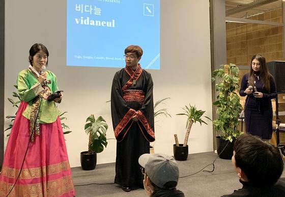 독일 베를린에서 열린 원 코리아 엔터프레뉴어 나잇(One Korea Entrepreneur Night) 에서 아산상회 '비다늘'팀이 프로젝트 발표를 진행하고 있다. [사진 아산나눔재단]