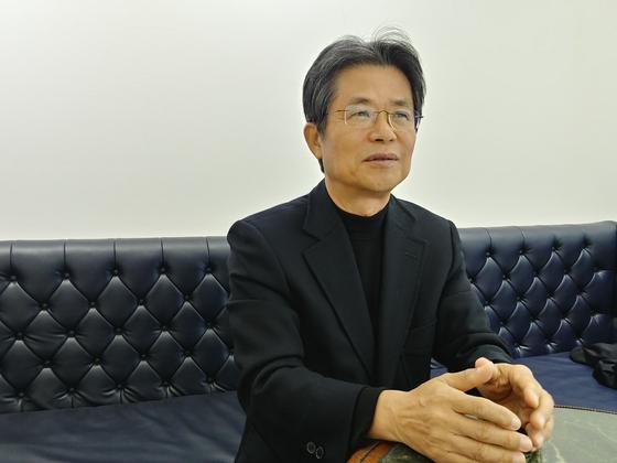 지난 7일 서울 강남구 사무실에서 만난 건국대 김윤신 교수. 김정연 기자