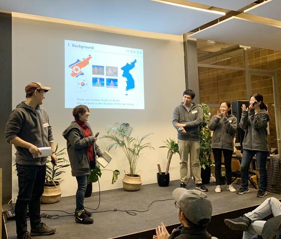 독일 베를린에서 열린 원 코리아 엔터프레뉴어 나잇(One Korea Entrepreneur Night) 에서 '잇고잇고'팀이 프로젝트 발표를 진행하고 있다. [사진 아산나눔재단]