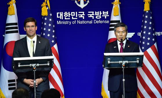 정경두 국방부 장관과 마크 에스퍼 미 국방부 장관이 15일 서울 용산구 국방부에서 제51차 한·미 안보협의회(SCM) 고위회담을 마친 뒤 공동 기자회견을 하고 있다. [뉴스1]