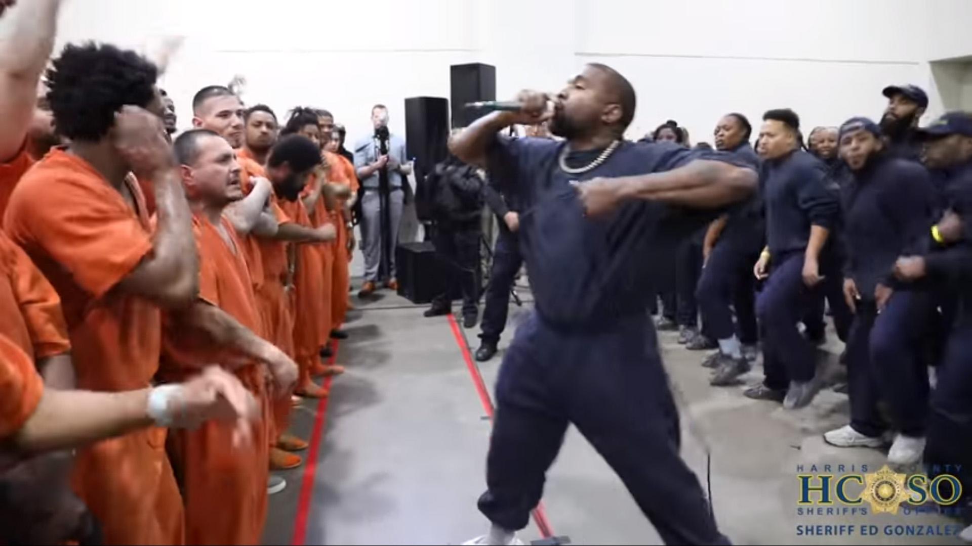 래퍼 카니예 웨스트가 15일(현지시간) 미국 텍사스 주 휴스턴 해리스 카운티 교도소를 찾아 공연을 하고 있다. [온라인 동영상 캡처]