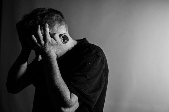 '우울증'이라고 하면 정신병인 것처럼 대접을 받기 때문에 알리지 않고 혼자 끙끙 앓는 경우가 상당히 많다고 한다. 우울증이 있는 사람들이 겉으로는 우울하지 않은 경우도 많다. [사진 pixabay]