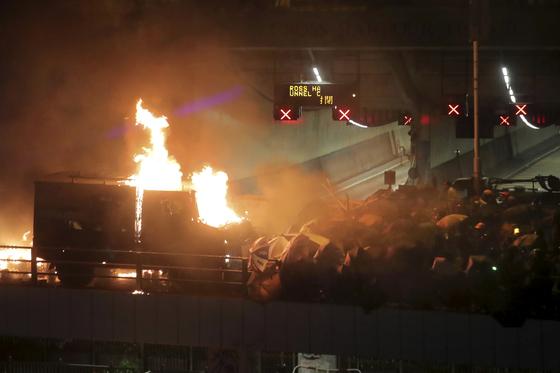 17일 홍콩 폴리테크닉대 인근 육교에 있던 홍콩 경찰 장갑차가 시위대의 화염병 공격에 불타고 있다. [AP=연합뉴스]